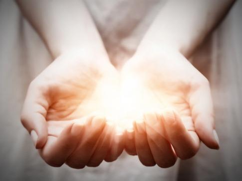 Zwei Hände bilden eine Schale