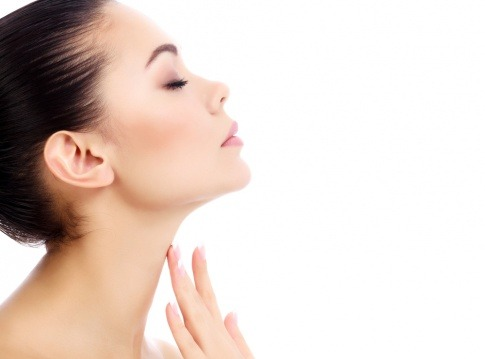 Eine Frau zeigt ihre schöne Haut