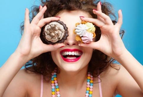 Eine Frau hält gesunde Süßigkeiten vor ihre Augen