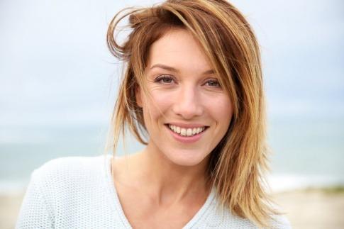 Eine Frau lächelt. Sie dürfte es geschafft haben, ihre Kollagenproduktion anzuregen
