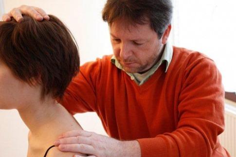 Eine Frau, die gerade von Alexander Tremel (Osteopath, Wien) untersucht wird