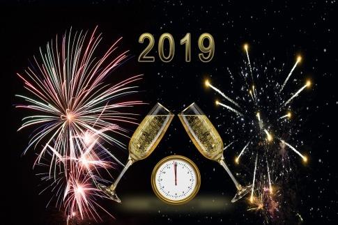 Eine Grafik zeigt den Schriftzug 2019 und Feuerwerk