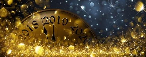 Sektgläser und Feuerwerk sind beim Schriftzug 2018