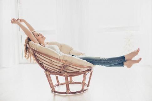 Eine Frau entspannt in einem Sessel