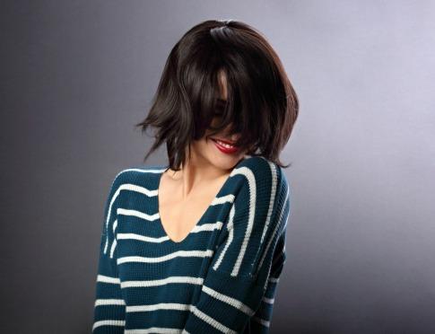 Eine Frau trägt eine Bob Frisur