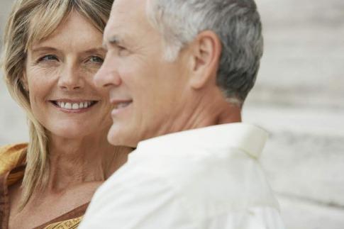 Eine ältere Frau und ein älterer Mann sind glücklich