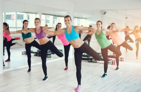 Frauen machen den Fitnesstrend Aerobic
