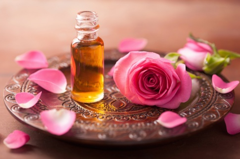 Ein Fläschchen ätherisches Öl und Rosen