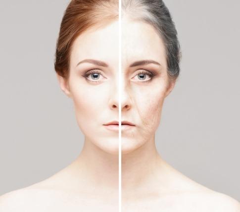 Eine Frau ist auf einer Seite alt, auf der anderen jung