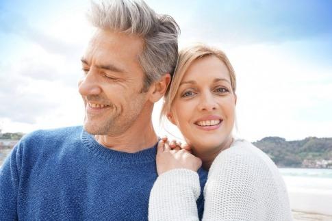 Ein Mann und eine Frau mit großem Altersunterschied scheinen eine Beziehung zu haben