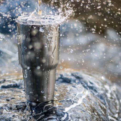 Es scheint, als werde Aluminum aus Wasser ausgeleitet