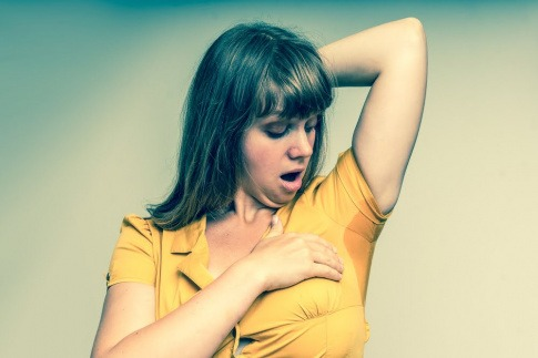 Frau mit Schweißflecken