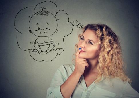Frau mit Denkblase mit Baby darin