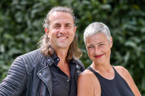 Andrea und Veit Lindau lächeln sich an
