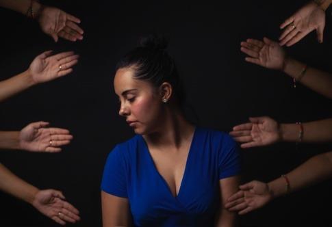 Eine Frau hat scheinbar Angst vor Berührungen