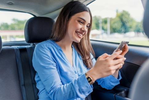 Eine Frau überwindet die Angst vor Menschen und knüpft Kontakte übers Handy