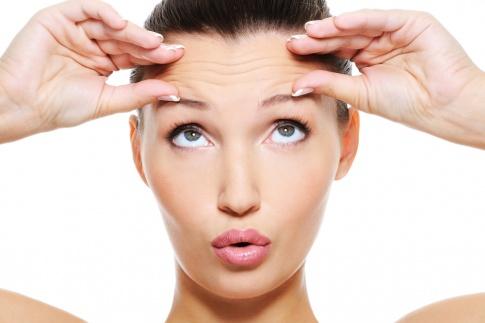 Eine Frau hat Falten auf der Stirn
