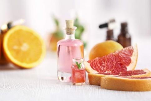 Antibakterielle ätherische Öle stehen neben einer aufgeschnittenen Orange