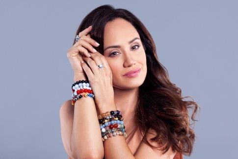 Eine Frau trägt Edelsteine als Energieschmuck