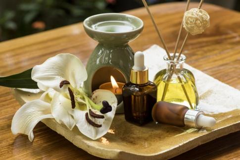 Gläschen mit Aromaölen stehen nebeneinander