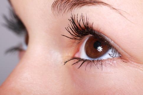 Ein Auge mit geschminkten Wimpern