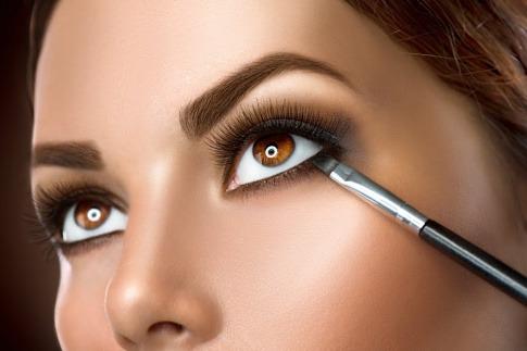 Eine Frau schminkt Augen größer