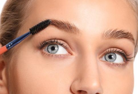 Augenbraue wird mit einem Bürstchen gestylt