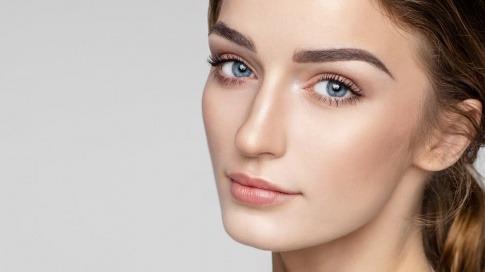Eine Frau hat gefärbte Augenbrauen