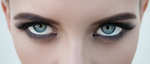 Zwei Augen mit schönen Augenlidern schauen