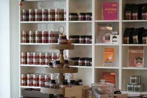 Gewürze und andere ayurvedische Produkte stehen in einem Regal