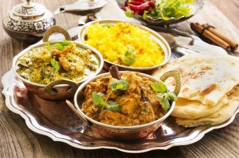 Einige indische Gerichte stehen auf einem Tisch nebeneinander