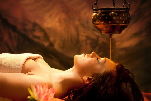 Entspannte Frau genießt Ayurveda