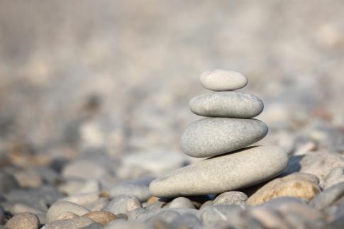 Steine sind in Balance, im Gleichgewicht, aufeinandergelegt