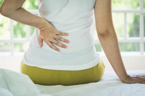 Eine junge Frau hat Rückenschmerzen