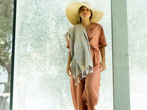 Eine Frau hat Kleidung und ein Tuch aus Baumwolle