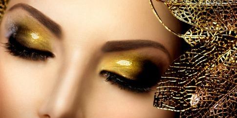 Eine Frau hat gelb-grüne Glossy Eyes