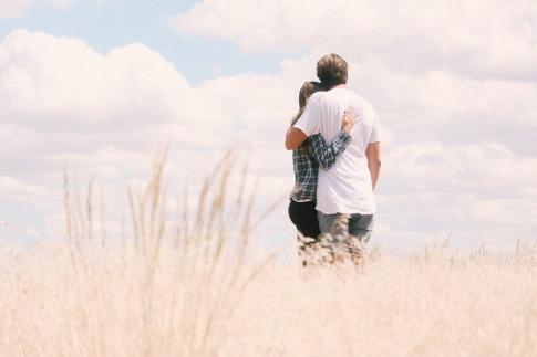 Ein Paar zeigt bedingungslose Liebe
