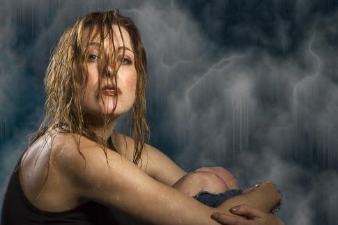 Eine Frau hat Haare, die bei Feuchtigkeit kraus werden