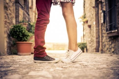 Die Beiner verliebter stehen zueinander
