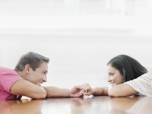 Ein Mann und eine Frau berühren sich mit den Fingern