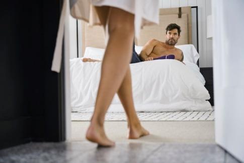 Eine Frau kommt zur besten Zeit für Sex zum Mann auf dem Bett