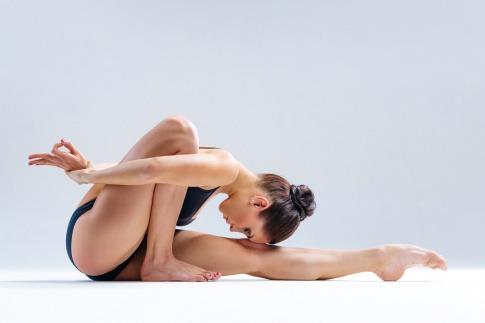 Frau mit gelenkigem Körper