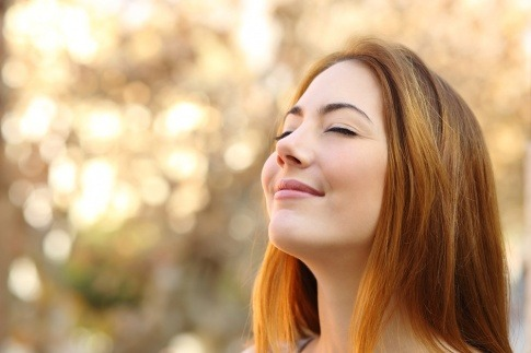 Eine Frau will bewusst atmen