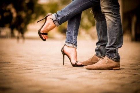 Ein Paar mit Beziehung oder Affäre hebt die Beine hoch