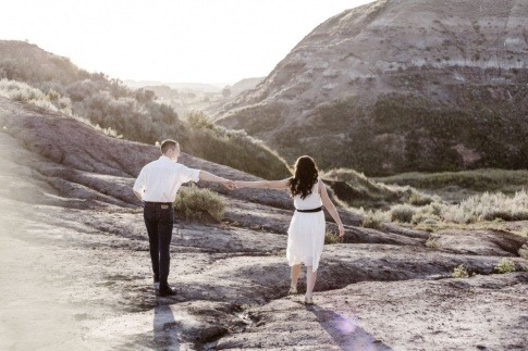 Ein Paar mit Abstand hält sich an den Händen als Zeichen für Beziehung ohne Sex