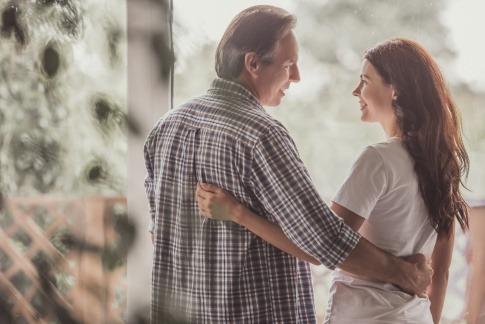 Ein attraktives, fröhliches junges Paar als Symbol für eine Beziehung ohne Streit.
