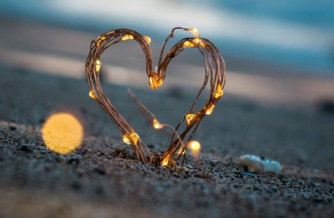Ein Herz als Zeichen für eine Beziehung steht unter Spannung