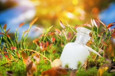Biokosmetik Produkt im Gras