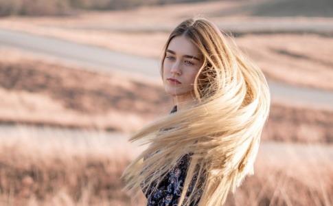 Eine Frau hat schöne Haare und schöne Haut