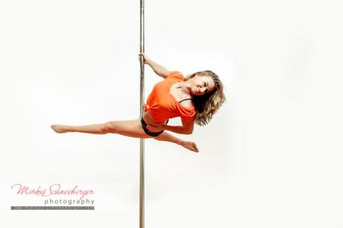 Birgit Untermair tanzt auf einer Pole Dance Stange